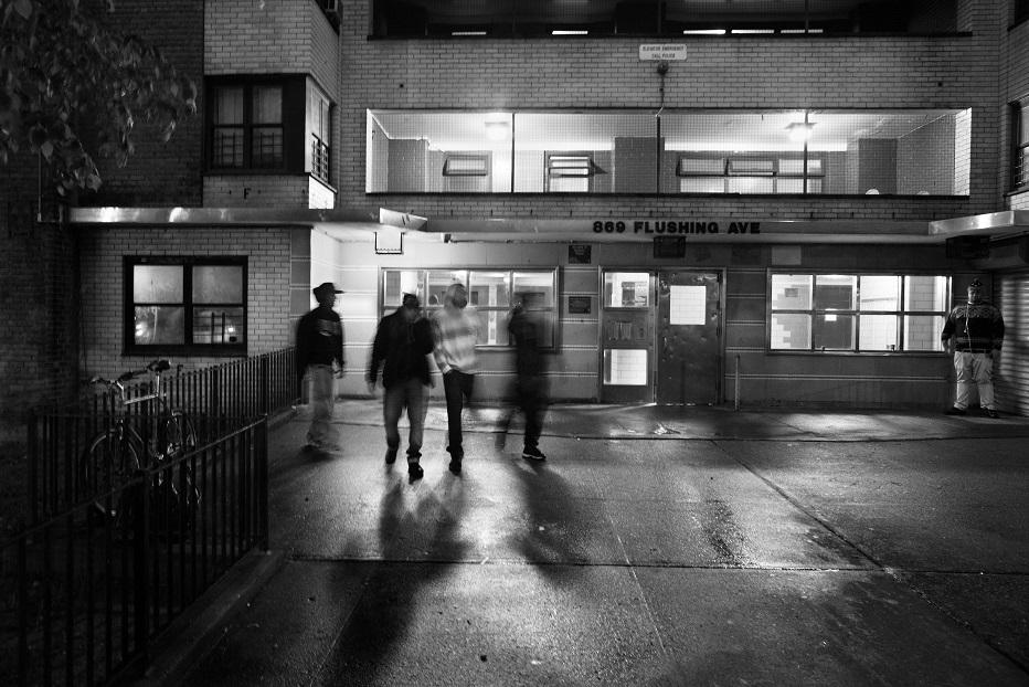 У банды есть своя система защиты от полиции и других группировок: они по очереди дежурят у домов и п