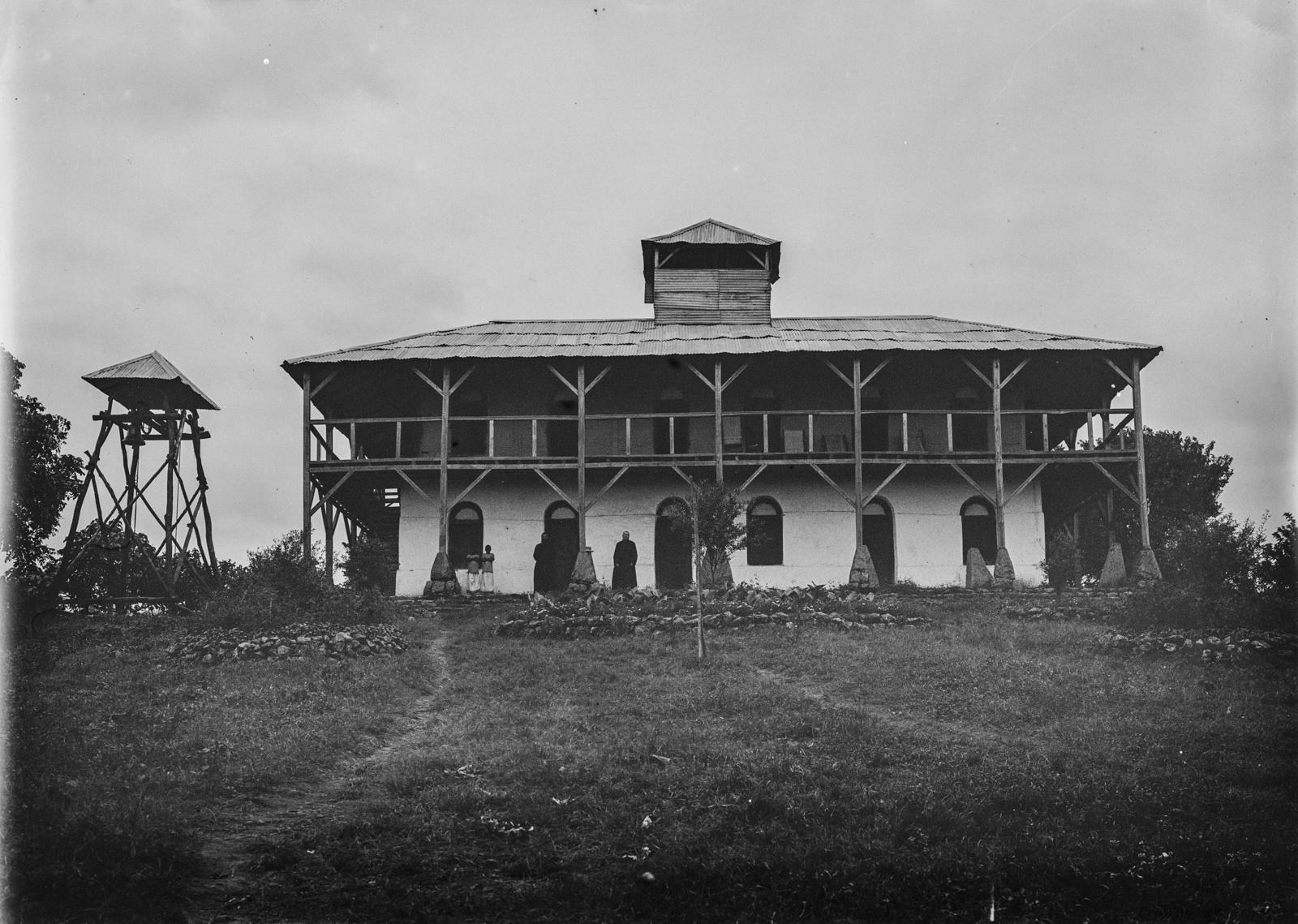 171. Здание католической миссии в Килеме с колокольней