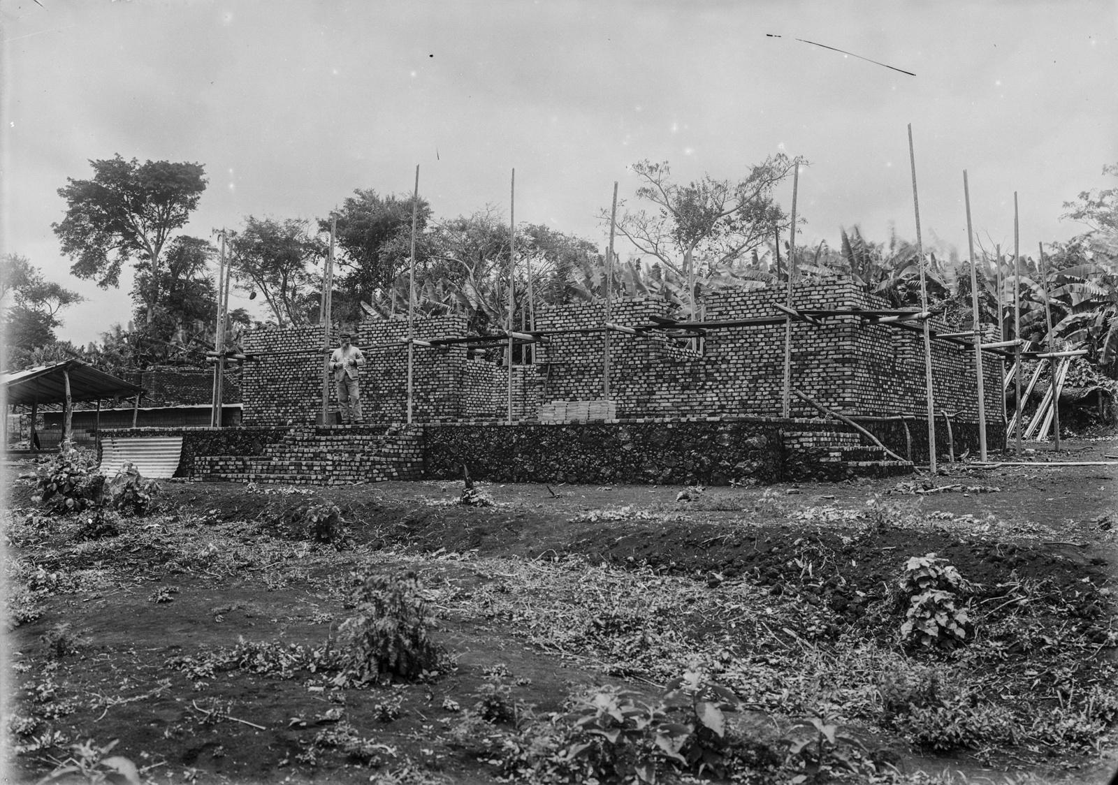 172. Строительная площадка здания станции немецкого общества Восточной Африки (ДОАГ)