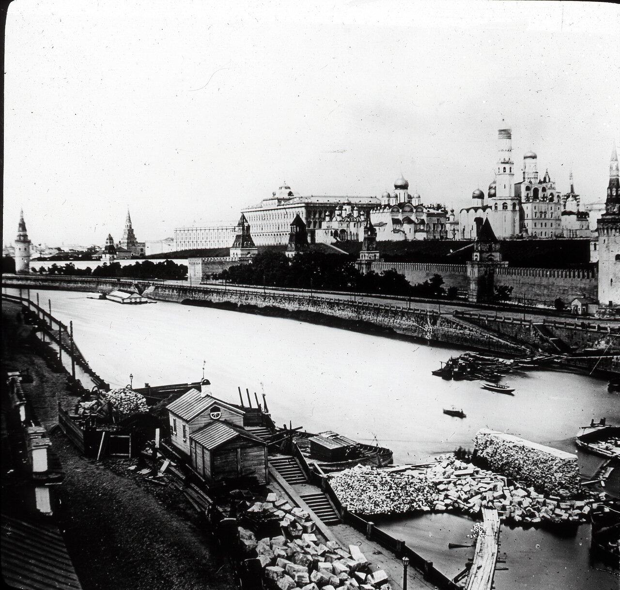 Вид на Кремль с Раушской набережной.