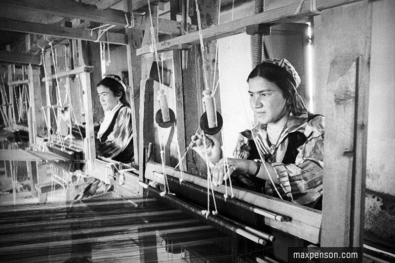 Две работницы в цехе текстильной фабрики