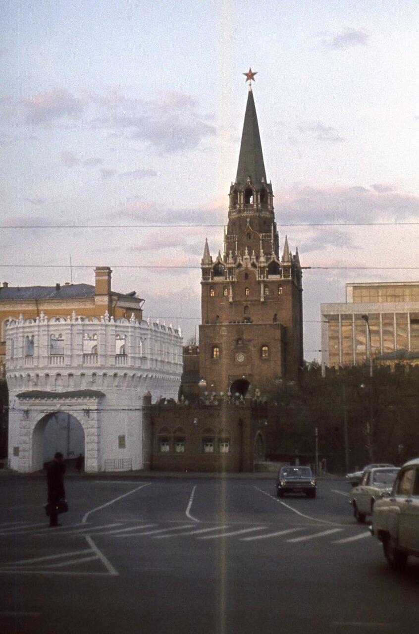 Троицкая башня московскго Кремля. На первом плане - Кутафья башня.