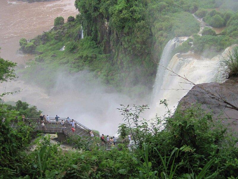 perto da cachoeira
