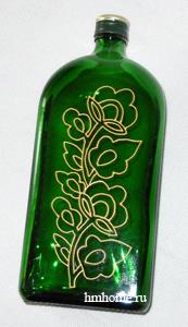 Бутылка с золотым орнаментом