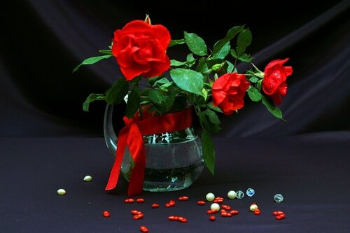 Красные розы в прозрачном кувшине открытка поздравление рисунок фото картинка
