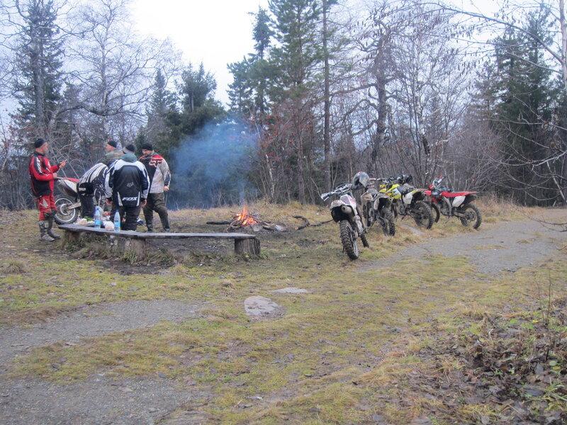 Что интересно - мотоциклисты гоняют по тропе и по лесу. Эти доехали до самого верха. (15.11.2013)