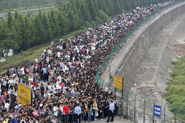 Очередь из желающих посмотреть на высокий поток около берега реки Цяньтан в городе Ханчжоу, провинци