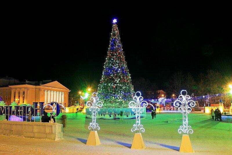 Новогодняя ёлка в огнях и световые инсталляции на Театральной площади в Кирове в Новый год - 2016