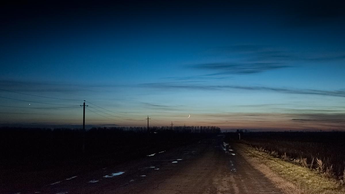 Кратчайшая дорога между Казанью и Самарой. Каждая лужа, в которой отражается небо, кроет под поверхностью воды небольшую ямку.