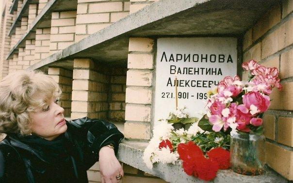 Алла на Троекуровском кладбище, где похоронена ее мама.