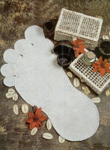 Бежевый коврик-ступня, связанный крючком