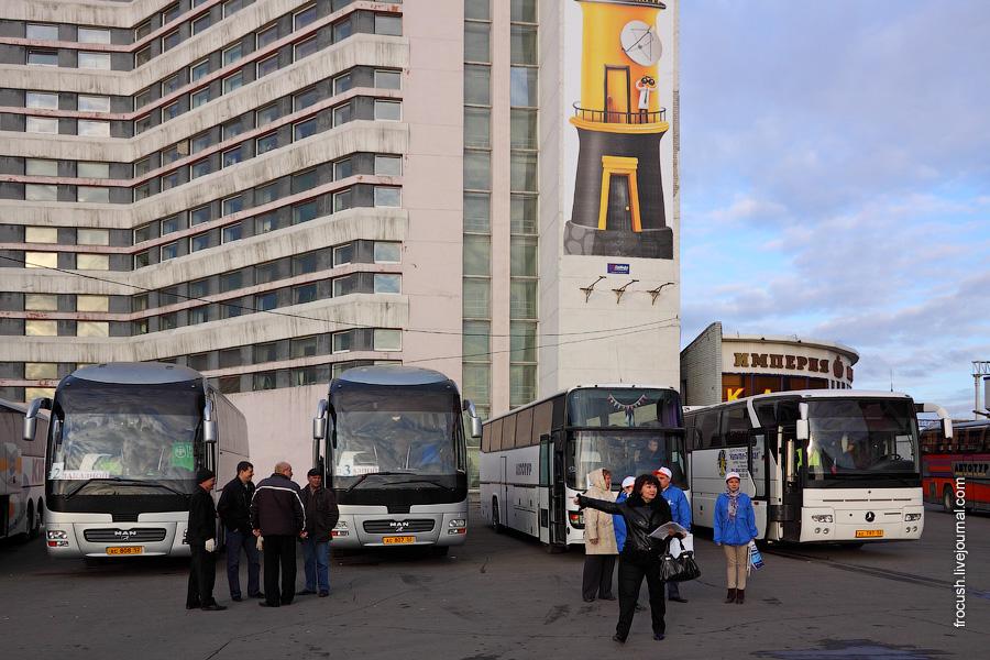 Автобусы у здания управления Нижегородского метрополитена