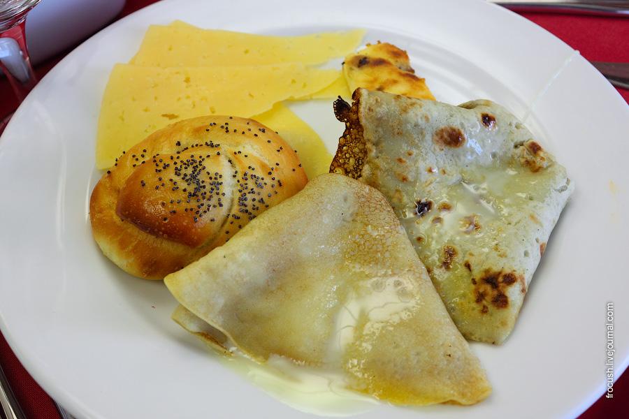 Блинчики со сгущенкой, булочка с маком, сыр, творожная запеканка