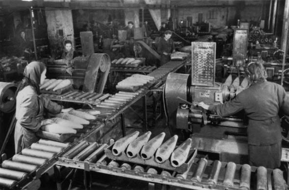 Оборонный завод. Конвейер с болванками артиллерийских снарядов
