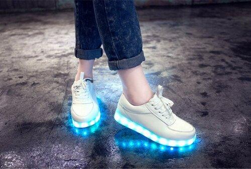 Новинкой этого года стала женская обувь с LED подсветкой