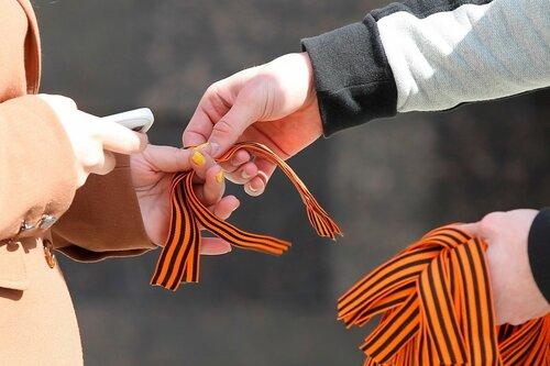 В Кишиневе активисты раздали георгиевские ленточки натовцам