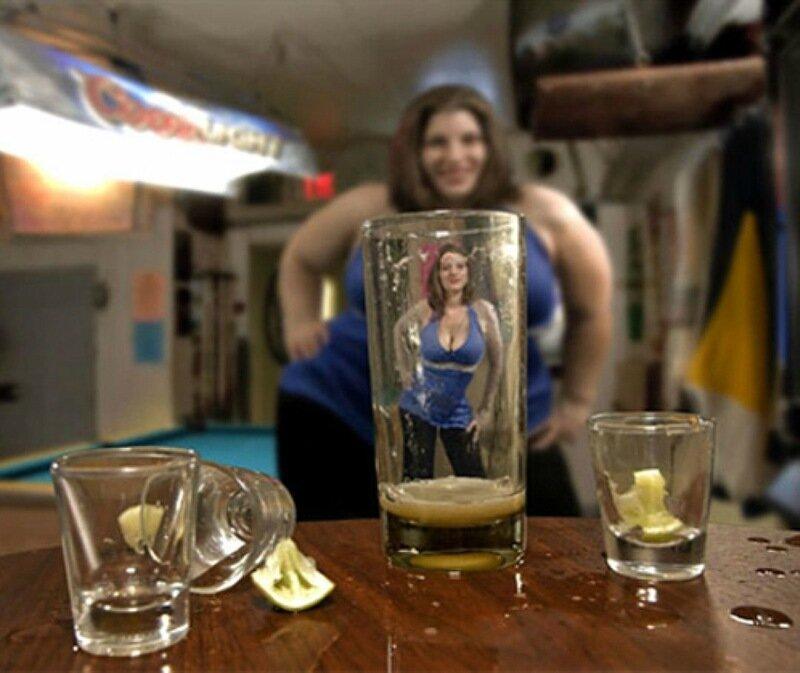 Ученые определили, почему после выпивки люди кажутся красивее