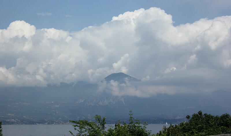 Вид на гору в облаках