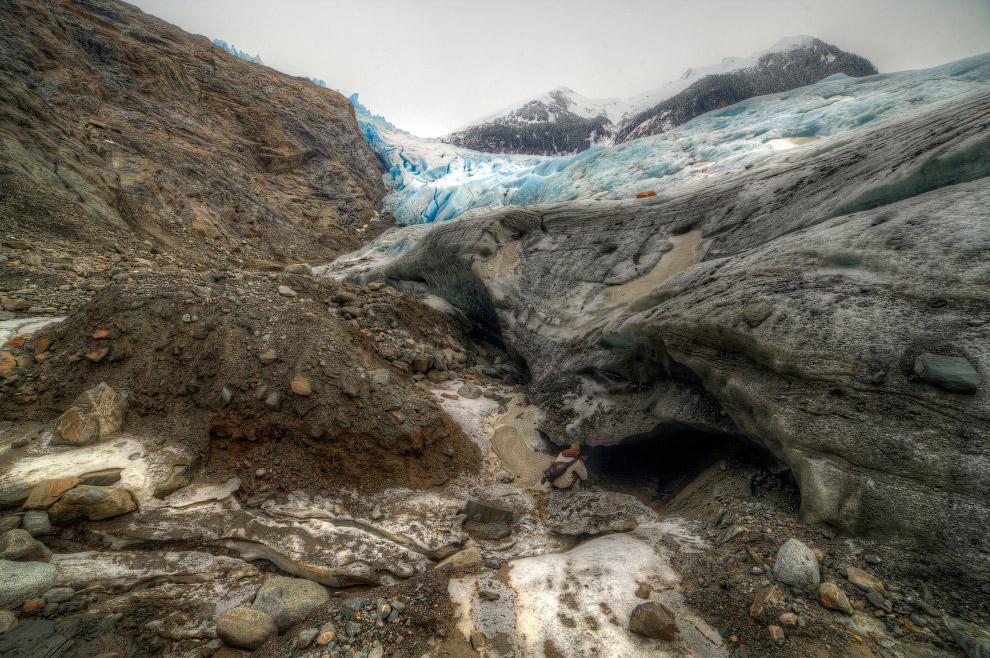 4. Эта пещера представляет собой ледяную полость, находящуюся на глубине 120 метров.