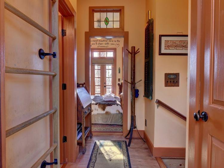 10. Комнаты и санузел на втором этаже соединяет небольшой коридор.