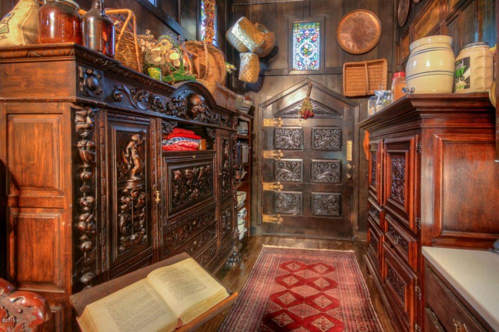 Кухонная дверь (толщина 7,6см) украшена декоративными испанскими петлями. Гостевая комната