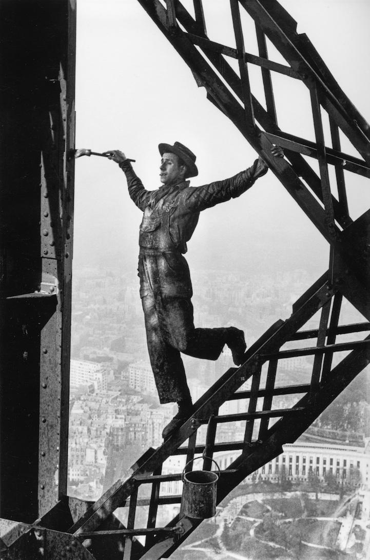 Париж, 1953 год. Мужчина красит Эйфелеву башню.
