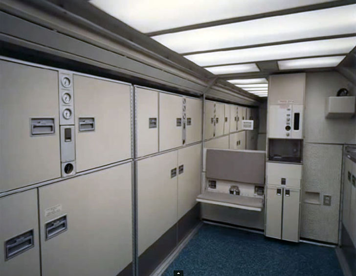 Здесь даже багажный отсек выглядит как сцена из фильма Кубрика «Космическая одиссея 2001 года».