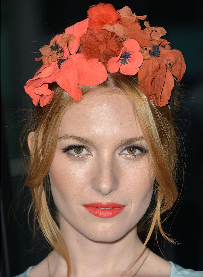 Как правильно носить цветы в волосах