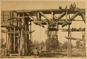 Вид на консольно-подвесные фермы строящегося моста.