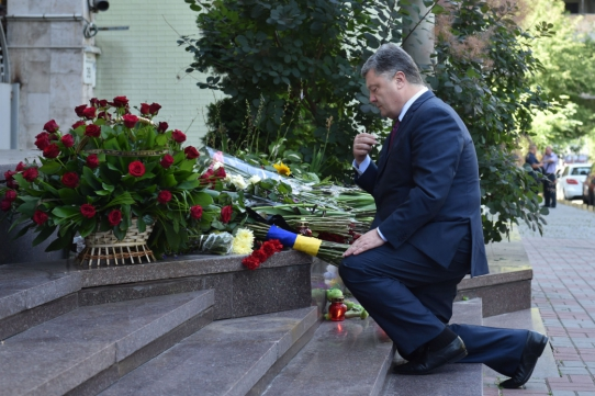 «Нас не напугать, мынебоимся»— Порошенко около посольства Франции