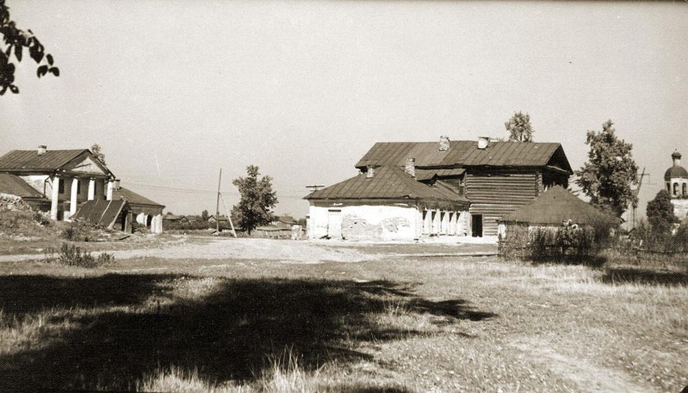 фотография 1954 года - слева - западный, справа - восточный флигель усадьбы Ясенево, рядом с восточным флигелем - погреб.jpg