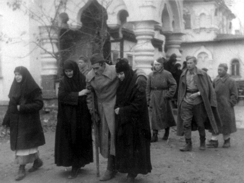 Раненые красноармейцы в Покровском монастыре. Киев-2.jpg