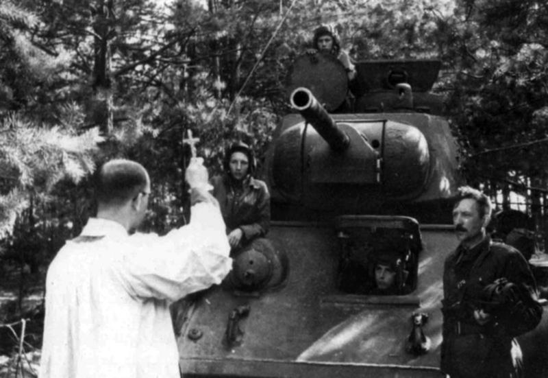 Т-34 1-го польского танкового полка. СВЯЩЕННИК И ТАНК.jpg