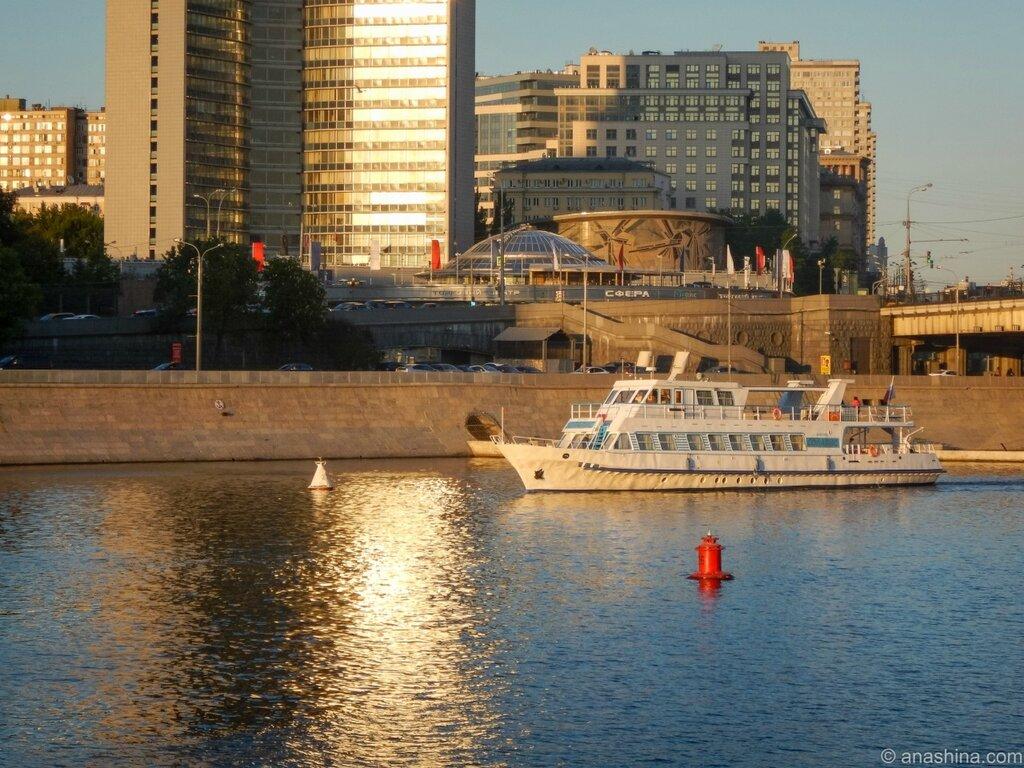 Угол Нового Арбата и Краснопресненской набережной
