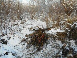 В условиях походных, у костра, с велосипедом, снег ... DSCN0279.JPG