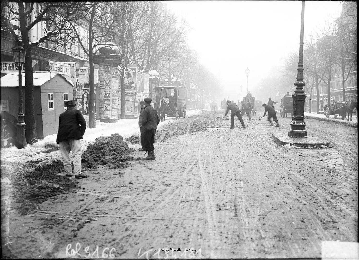 1908. Муниципальные службы расчищают снег