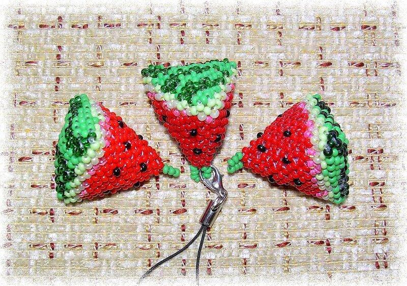 Сплела дольку из набора и так всем понравился брелок что теперь плету всем родным, только вот в наборе красный бисер...