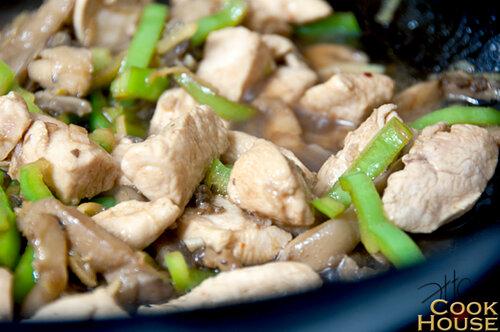 Рисовая лапша с курицей и вешенками в азиатском стиле