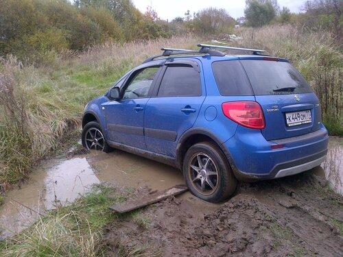 Suzuki SX-4 застрял в грязи
