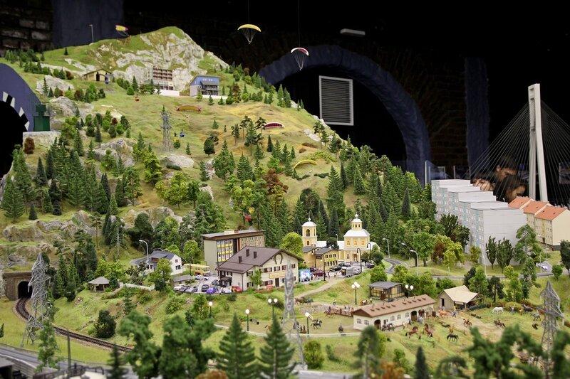 Гранд макет: парашютисты садятся на склон горы