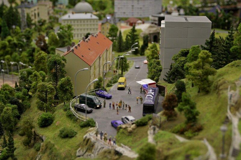 Гранд макет: разворотная площадка для автобусов и стоянка автомобилей в конце тихой жилой горной улочки. Прицеп-ларек, торгующий колбасой