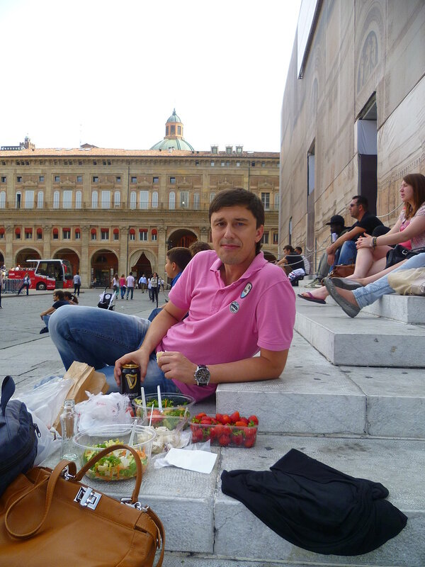 Италия, Болонья - обед на центральной площади (Italy, Bologna - lunch in the central square).
