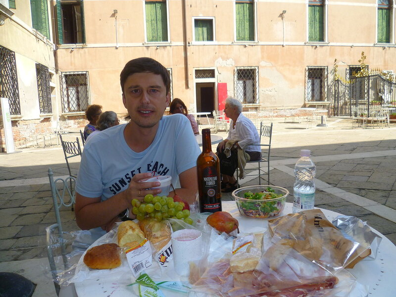 Италия, Венеция - обед во дворике (Italy, Venice - lunch on the patio).