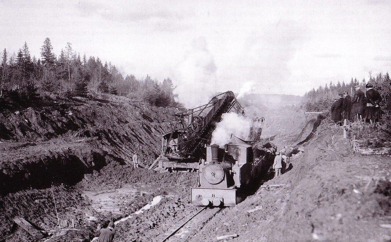 1925. Узкоколейный паровоз и экскаватор на строительстве линии Нижний Новгород — Котельнич.