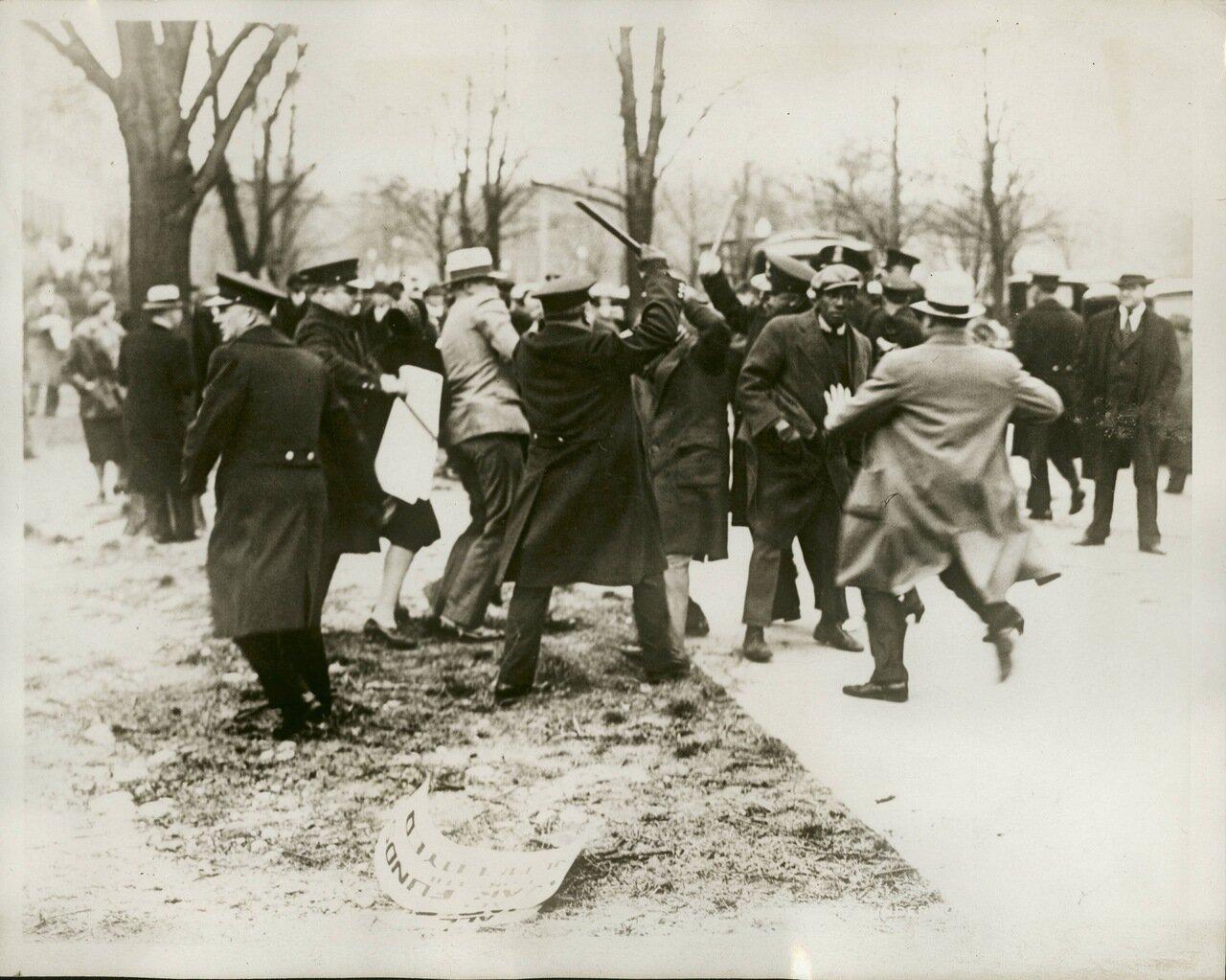 1932. Полиция разгоняет протестующих возле посольства Японии, Вашингтон, округ Колумбия