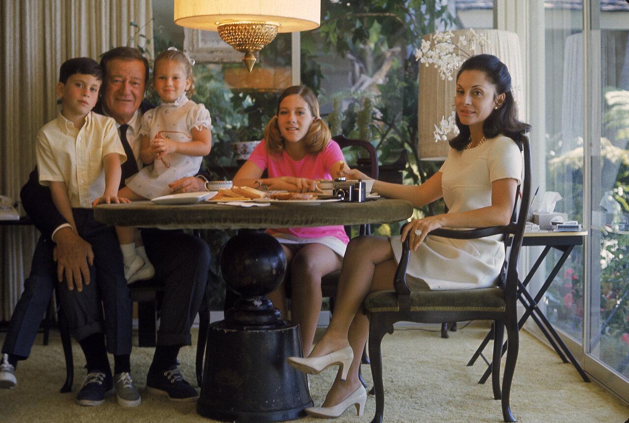 1969. Джон Уэйн и его семья. Джон Этан, Мариса, Аисса, и третья жена актера Пилар Уэйн