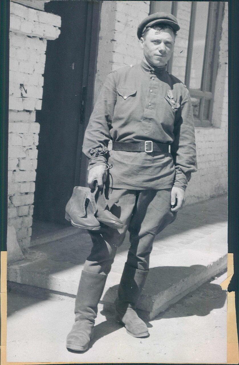 1948. Советский солдат с американской армейской обувью