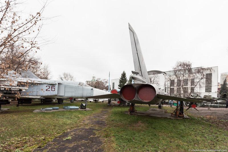 Фронтовой бомбардировщик СУ-24. Слева.