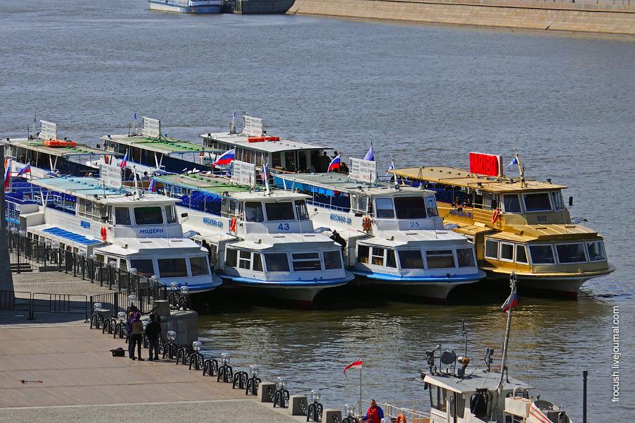 Речные трамвайчики у причала Парка культуры