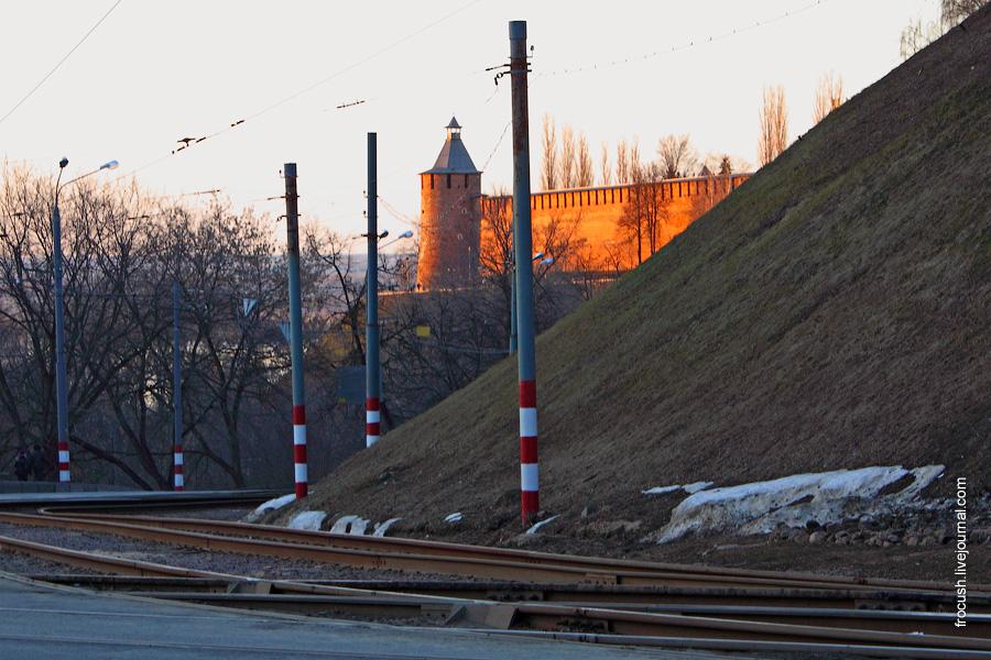 красно-белые полоски на столбах в Нижнем Новгороде
